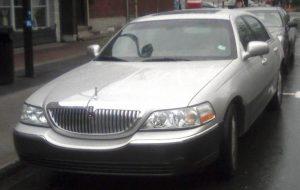 Lincoln_Town_Car_(1998)_3