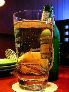 450px-Glasses_beer_mugs-225x300