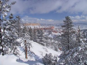 800px-Winter_storm_at_Bryce_Canyon-300x225